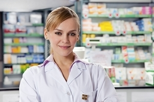 Ärztin im weißen Kittel lächelt