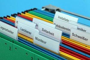 Ordner mit den Aufschriften Zeitarbeit, Schweißer, Lackierer und Monteur