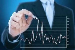 Mann zeichnet Finanzdiagramm an eine Scheibe