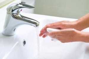 Krankenschwester wäscht sich die Hände