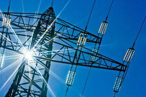 Stromleitungen im Sonnenschein