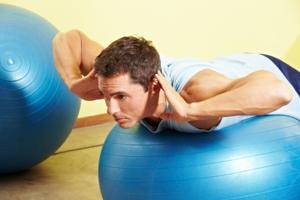 Junger Mann stärkt Rückenmuskelatur