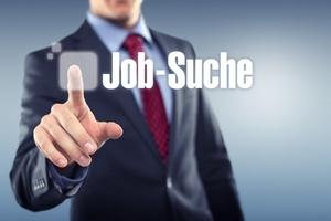 """Mann drückt button """"Job-Suche"""""""