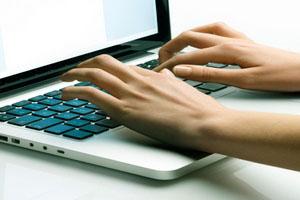 Personalsachbearbeiter am Laptop