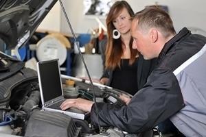 Servicetechniker kontrolliert die Motorenleistung über ein Laptop