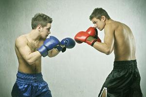 Zwei Boxer mit erhobenen Boxhandschuhen