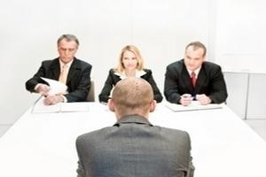 4 Banker an einem Tisch