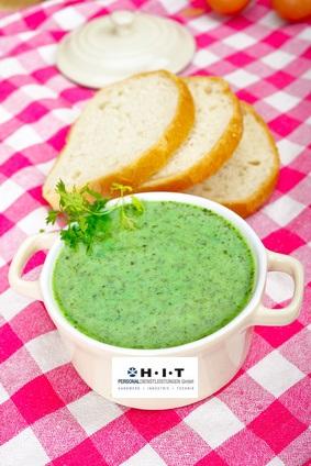 Leichte Speisen für die Mittagspause wie eine Suppe in weißer Schale mit Brot
