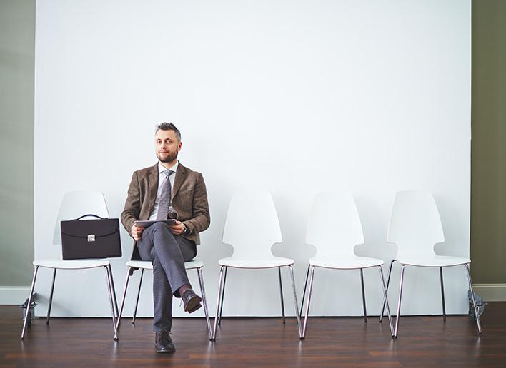 Candidate Journey wird durch Mann der auf ein Vorstellungsgespräch wartet visualisiert